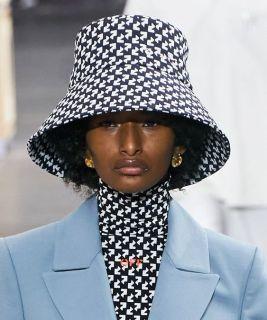 модные шапки осень зима 2021 весна 2022 тренд шляпа ведро Off White
