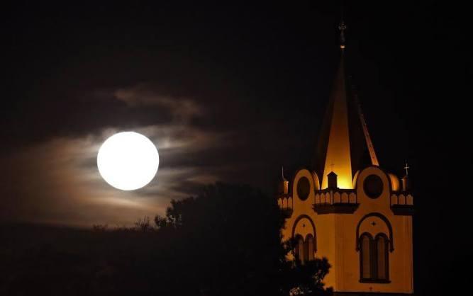 foto de Orlando Kissner, sábado à noite no Abranches. a que está lá em cima é de alguém que a fotografou em Verdugo, aprovar que a lua que aqui gorjeia, gorjeia como a de lá, foi mais ou menos assim que eu e Livia a vimos.