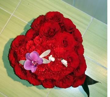 Сърце-от-рози-и-карамфили