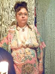 Mollige Astrid im Nachthemd