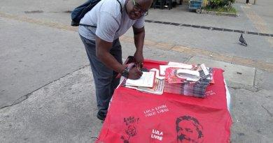 Trabalhador assina o abaixo-assinado contra a Reforma da Previdência