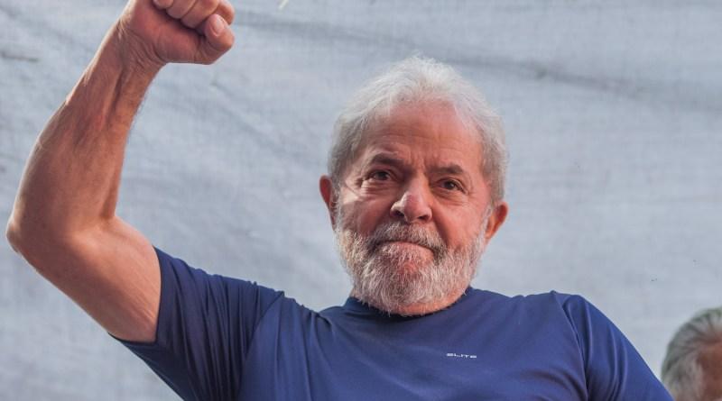 Lula com punho erguido
