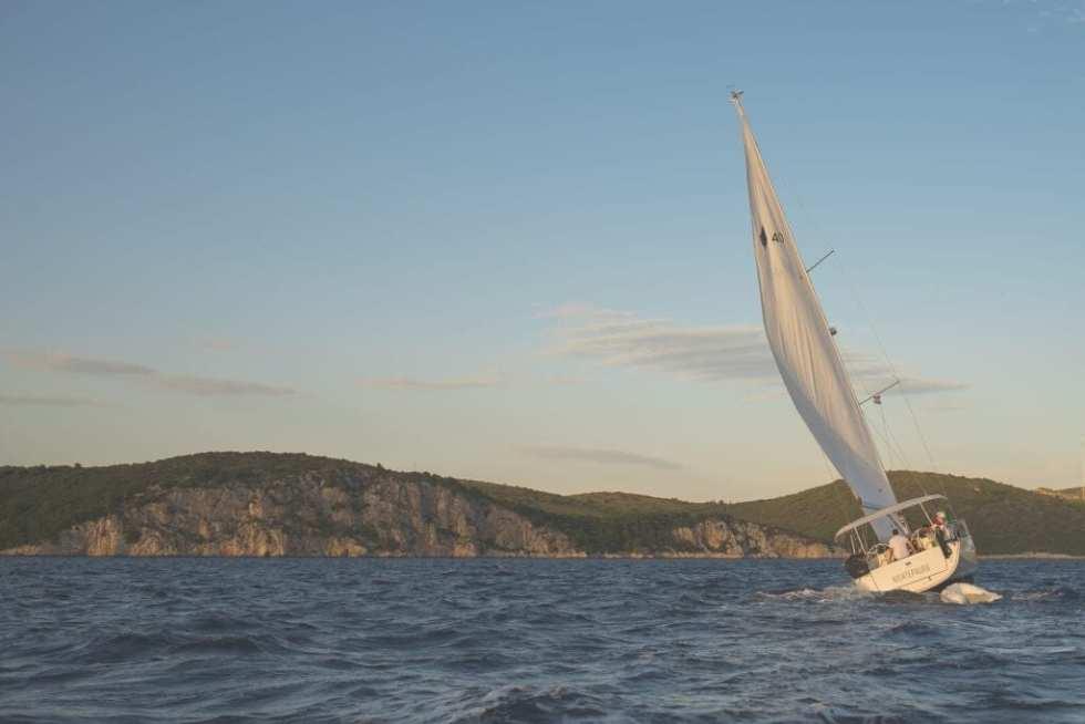 Jacht na morzu pod pełnym żaglem