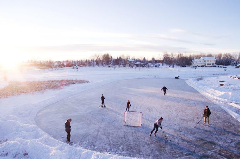 w mieście ferie zimowe można spędzić na lodowisku