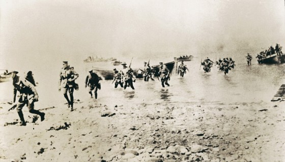 New Zealand troops come ashore at Gallipoli. (Image source: WikiCommons)