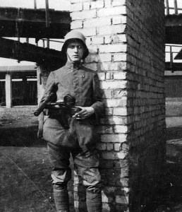 A German stormtrooper with an MP-18 machine pistol.