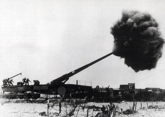 A German railway gun along the French channel coast fires at England. (Image courtesy the German Federal Archive)
