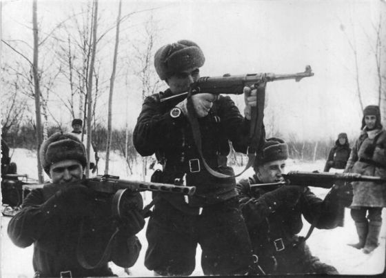 Soldiers of the Red Army with captured MP-40s. (Image source: WikiCommons)