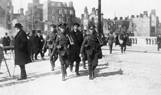 British soldiers escort a prisoner into captivity. Sixteen Irish rebels were executed after the 1916 Easter Rising. (Image source: Imperial War Museums)
