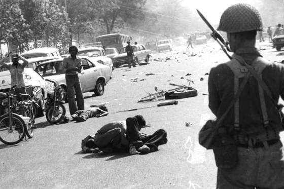 Government troops crack down on demonstrators during the Iranian Revolution. (Image source: WikiCommons)