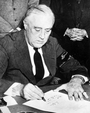 FDR signs Executive Order 9066. (Image source: WikiCommons)