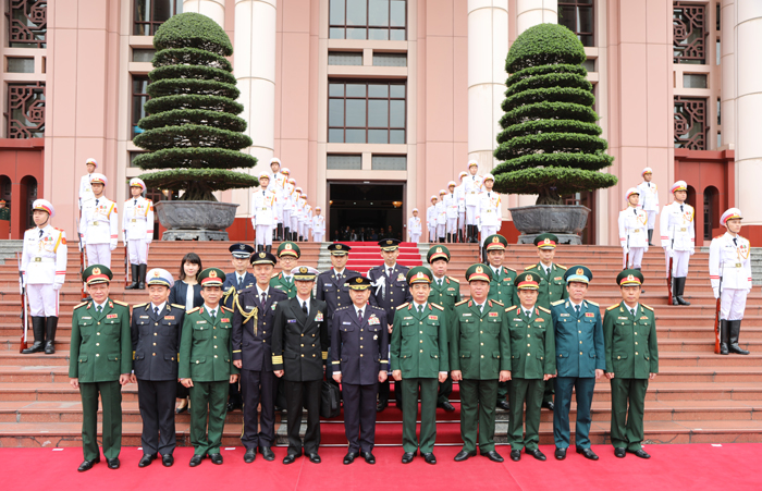 Senior Lieutenant General Phan Van Giang, General Yamazaki Koji and the delegates in a group photo.