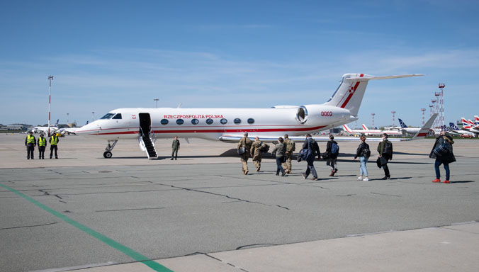 A team from the Military Institute of Medicine departs Warsaw Airport for Chicago on 23 April 2020. (Photo credit: Polish Ministry of Defence)