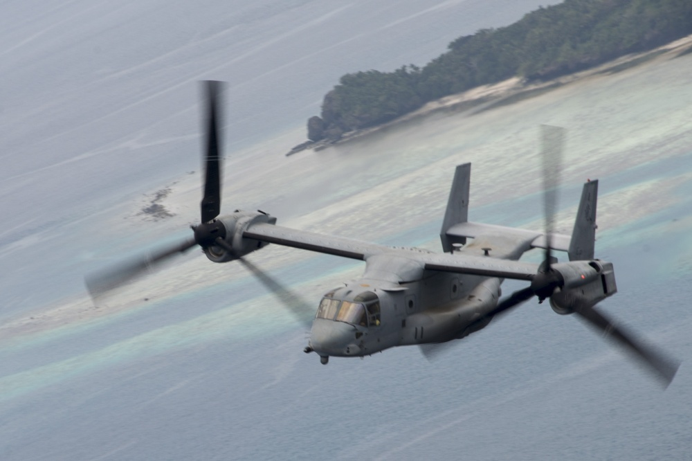 An MV-22 Osprey tiltrotor aircraft, assigned to Marine Medium Tiltrotor Squadron (VMM) 265 (Reinforced), flies through the air over the Northern Mariana Islands en route to pick up distinguished visitors from Palau.