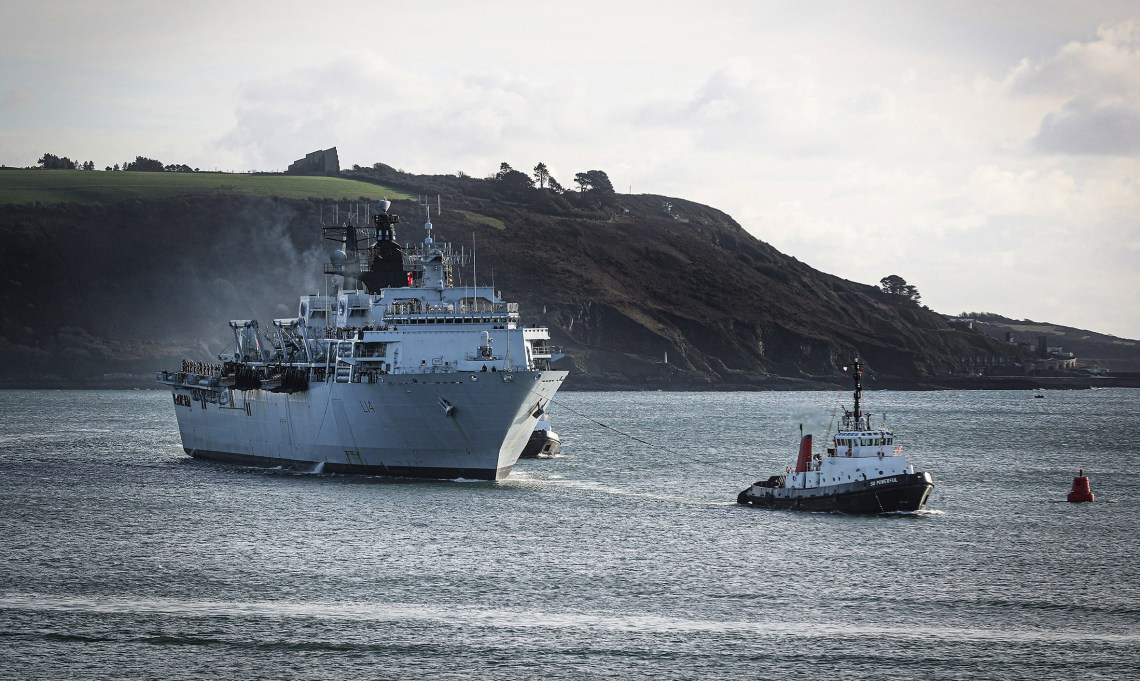 Tug SD Powerful helps Royal Navy HMS Albion (L14) back into Plymouth