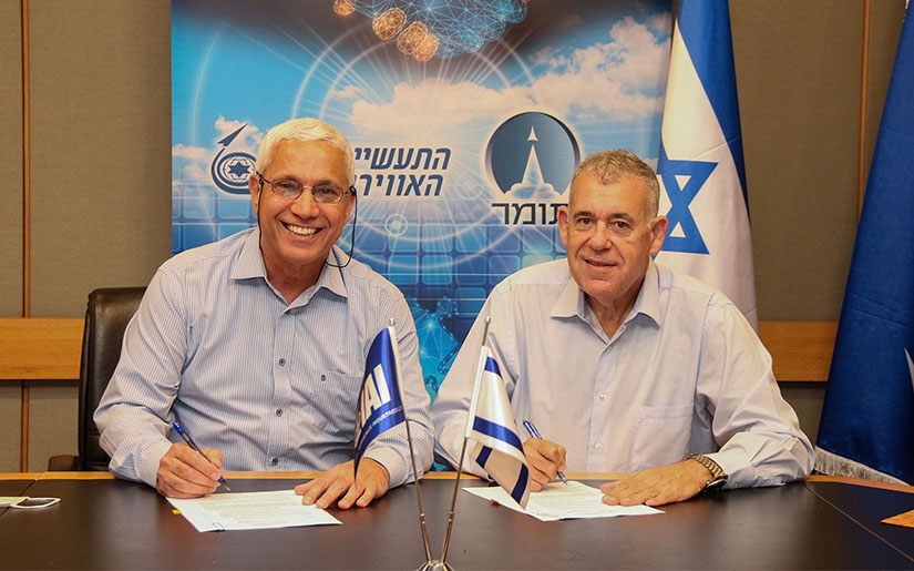 Boaz Levy, President and CEO of IAI, Mordi Ben Ami, CEO of Tomer, signing of the MoU. (Photo by: Michael Vinersky / IAI)