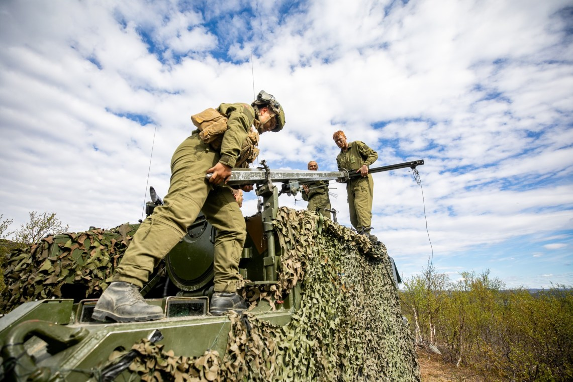 Soldiers from Artillerybatalion seting up signal during exersice Thunderbolt.