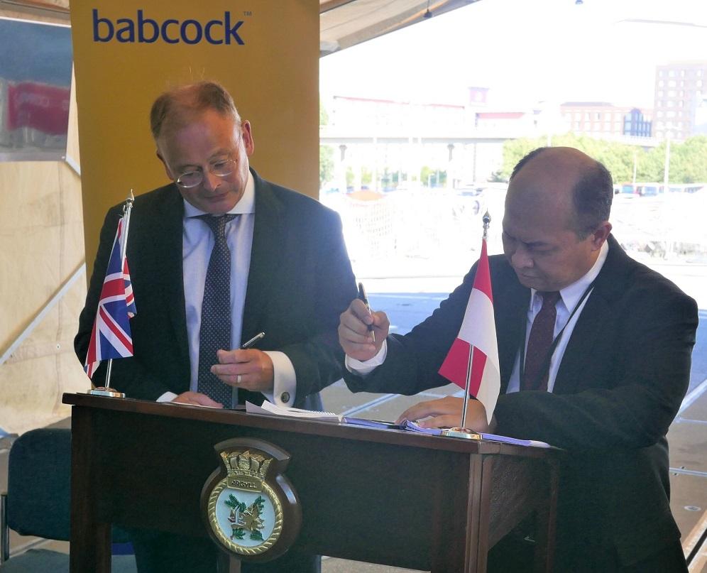 Signing Image – David Lockwood, Babcock CEO (L) and Kaharuddin Djenod, CEO PAL (R) sign contract on board HMS Argyll.