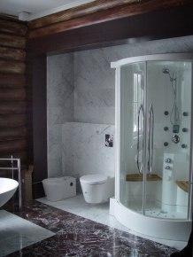 Мраморная ниша в интерьере ванной комнаты