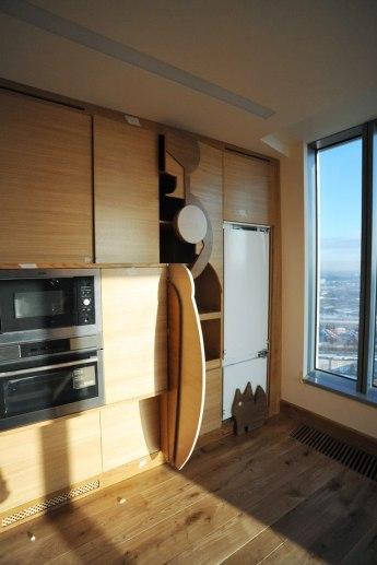 Дизайн интерьера квартиры в стиле контемпорари. Кухонная встроенная мебель