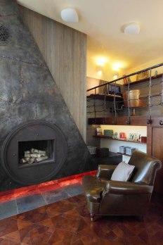 Дизайн интерьера квартиры в стиле Гауди. Камин в гостиной