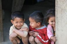 Kinder in einem Bergdorf