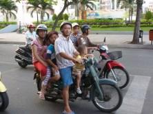 Familienausflug auf den Strassen Saigons