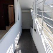 Le Corbusier, la villa Savoye, Rampe du 1er etage vers le rez-de-chaussée - Interior ramp