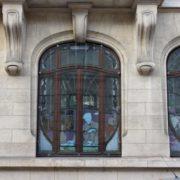 Vitrail sur la facade du batiment et réalisé par Antonin Daum et Jacques Gruber