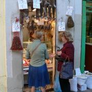 Barcelone, quartier des Remblas, Le marché de la Boqueria; marchand de gibier