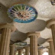 Barcelone, Parc Guell, Plafonds de la colonnade. Ces plafonds sont composés de motifs décoratifs en mosaïque représentant le soleil et la lune sous leur différents aspects pendant les saisons