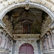 Pleyben: porche finement décoré et garni des statues des apôtres
