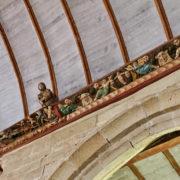 la sablière qui entoure la voute est sculptée et peintes de 62 personnages et 116 clefs.