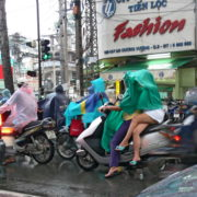 Retour à Saigon: Amazone sous la pluie