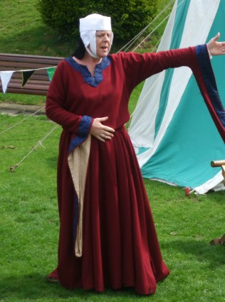 Nicola de la Haye rousing the people of Lincoln to defend the castle in the coming attack
