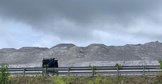 Denuncian montañas de cenizas se duplican junto a Punta Catalina
