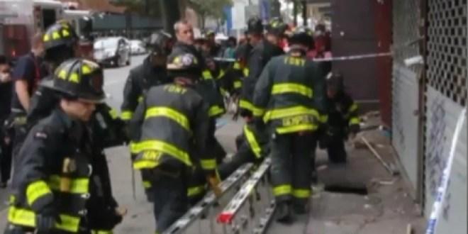 Hombre es tragado por un socavón repentino que se abrió en acera del Bronx