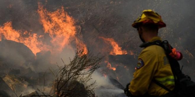 Ráfagas avivan un incendio forestal al sur de California
