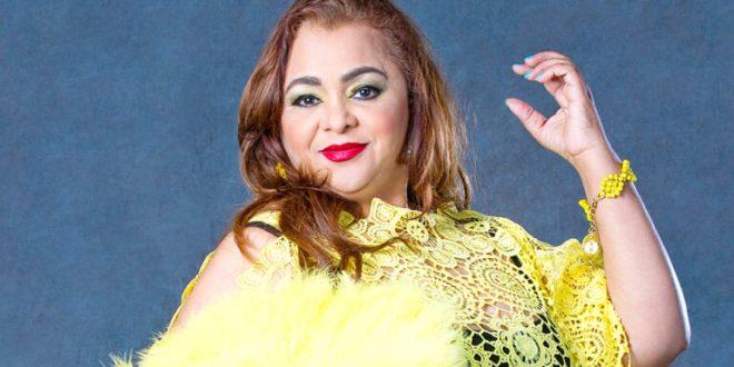 Tremenda caída sufre la cantante Jackeline Estévez