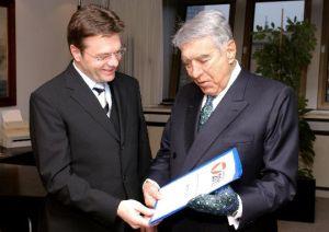 Übergabe des Berichts 2003 an BM Platter durch den Kommissionsvorsitzenden