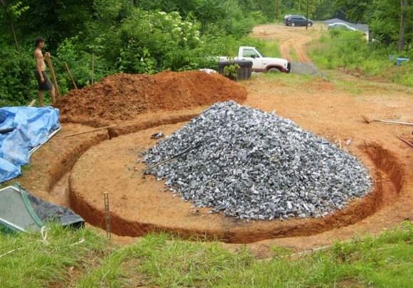 Potreban vam je ašov, lopata i kamenčići za drenažni sloj kako se vlaga ne bi ulazila u zidove