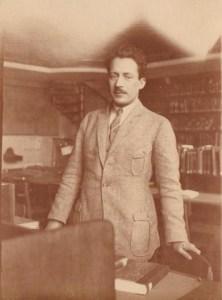 Ο Μίλτος Κουντουράς σε βιβλιοθήκη στο Μόναχο, 1924.