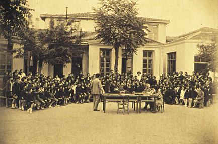 Διδασκαλείο Θηλέων Θεσσαλονίκης. Μία από τις πραγματοποιούμενες κάθε Πέμπτη συγκεντρώσεις.