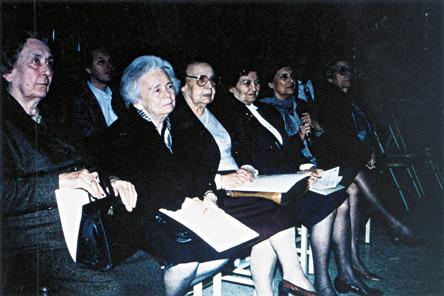 Οι Δασκάλες - μαθήτριες του Κουντουρά που μας τίμησαν με την παρουσία τους τον Απρίλιο του 1994 κατά την εκδήλωση για τη μετονομασία του σχολείου. Από αριστερά η κ.Βαφείδου, η κ.Πιστικίδου, η κ.Αγγελίδου, η κ.Πασχαλίδου και η κ.Ραζή.