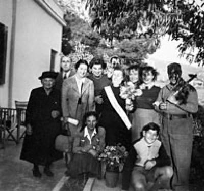 Η Ολυμπία Κουντουρά με φίλους της οικογένειας. Καθισμένος μπροστά δεξιά, ο Λίνος Κουντουράς.