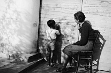 """Ο Λίνος με τη μητέρα του, Ολυμπία Κουντουρά, """"γράφει"""" στον """"πίνακα"""" - στην πόρτα του γκαράζ, στο σπίτι της Νέας Χαλκηδόνας."""