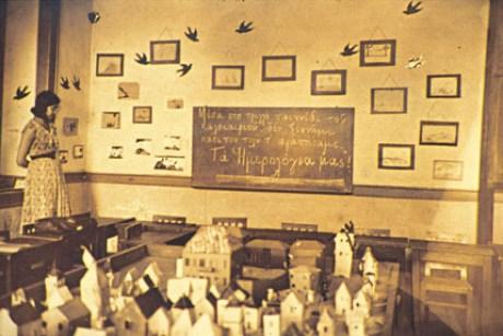 """""""Β' τάξη Προτύπου. Αποχαιρετώντας την τάξη μου"""". Αυτά γράφει ο Μ. Κουντουράς, ως λεζάντα στη φωτογραφία, που περιλαμβάνεται στο φωτογραφικό άλμπουμ του Κουντουρά, από το Διδασκαλείο Θηλέων Θεσσαλονίκης."""