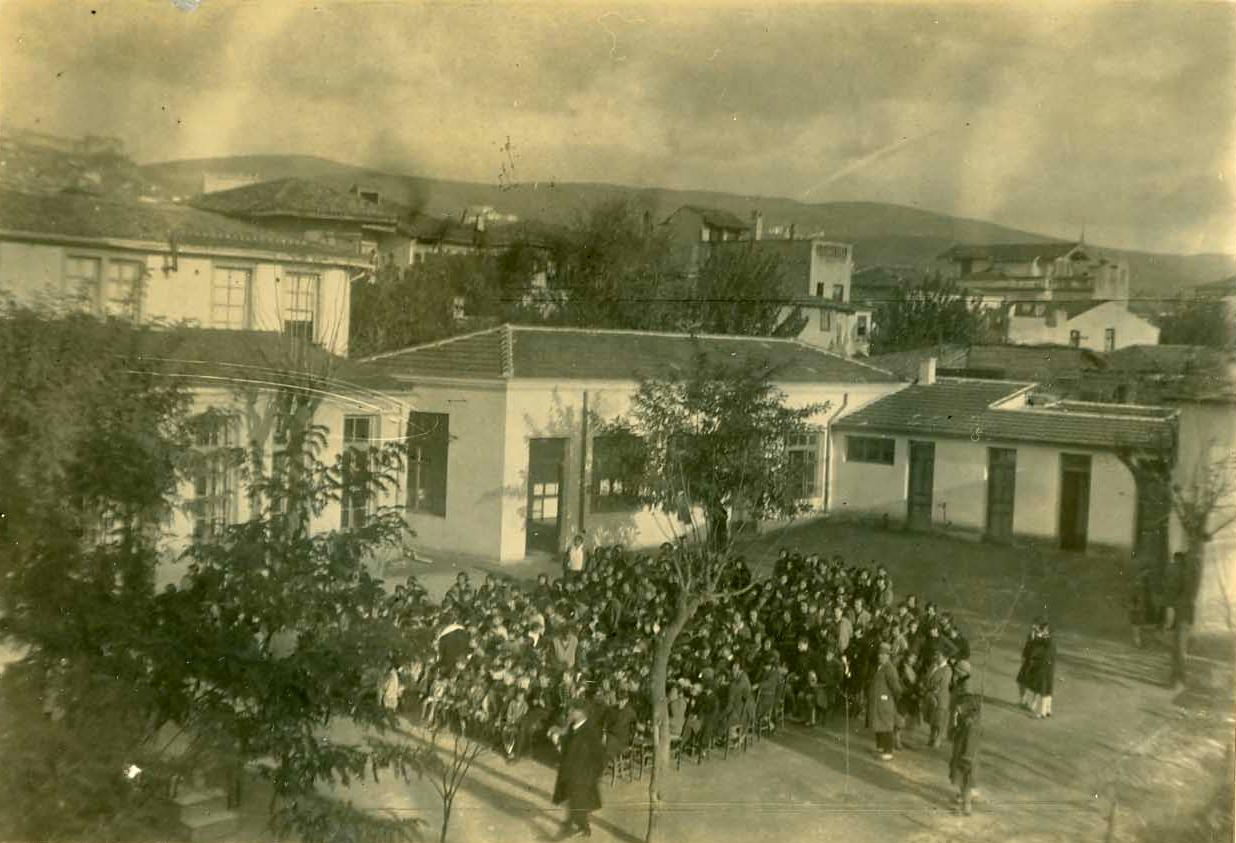 Διδασκαλείο Θηλέων Θεσσαλονίκης, συγκέντρωση του σχολείου στην αυλή.