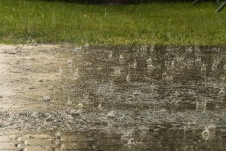 Silný dešť a voda na trávníku