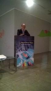 Miguel Huezo-Mixco posa con su libro.